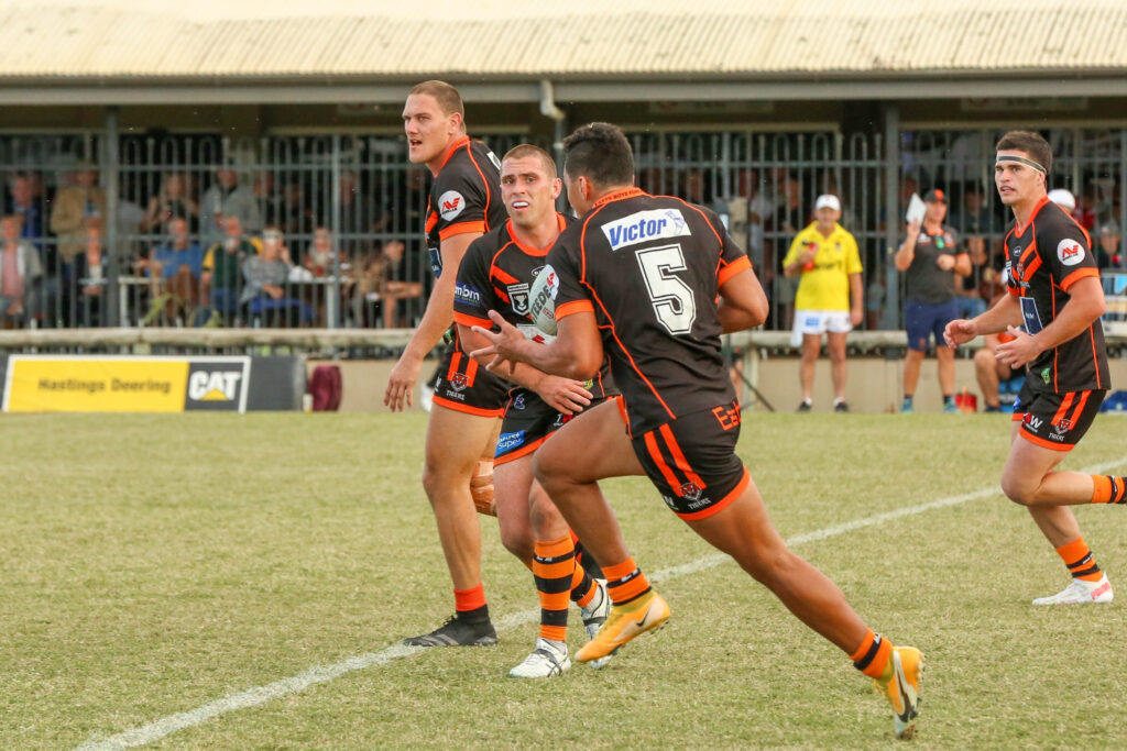 Aaron Booth passing the ball to Dean Ieremia.  Photo by Jorja Brinums/QRL